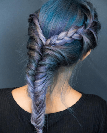 Model with mermaid haircolor