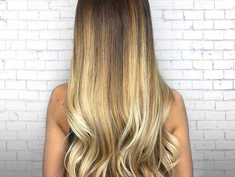 Long healthy blonde hair that can be grown with the help of biotin